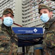 Die Augsburger Uniklinik wird derzeit von Soldaten unterstützt - mit dabei sind Obergefreiter Markus Vilcu (links) und Hauptfeldwebel Christoph Blank. Die Lage im Gesundheitssektor ist angespannt.