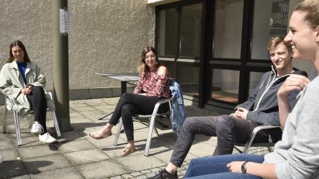 Mona Wöhrl, Lena Leger, Luis Urbainczyk und Franziska König (von links) genießen die Sonne auf der Terrasse ihres Studentenwohnheims in Augsburg.