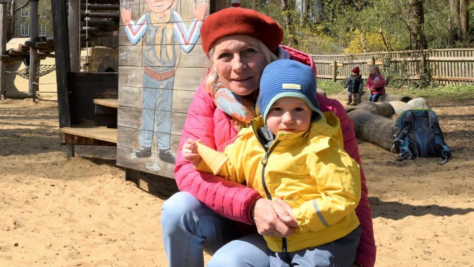 Veronika Peller mit ihrem Enkel Vincent auf dem Lummerland-Spielplatz.