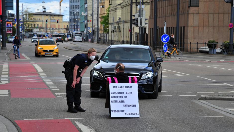 Mit der Proestaktion in 12 deutschen Großstädten soll auf den Ressourcenverbrauch der westlichen Welt hingewiesen werden, in diesem Fall der Autoverkehr.