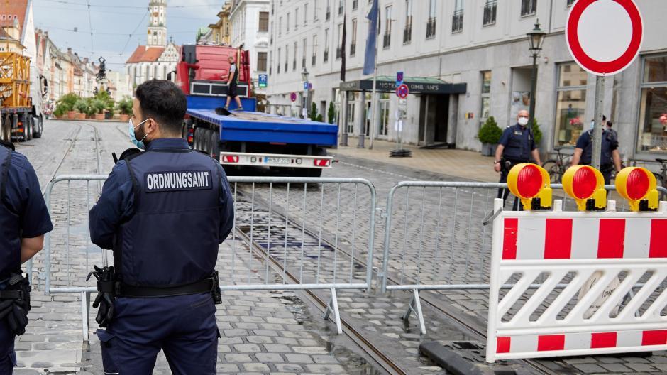 In der Maximilianstraße wird der Bereich um den Herkulesbrunnen jetzt donnerstags, freitags und samstags am Abend abgesperrt - wer rein will, wird kontrolliert. Dazu kommt eine Begrenzung der Passantenzahl auf 200.