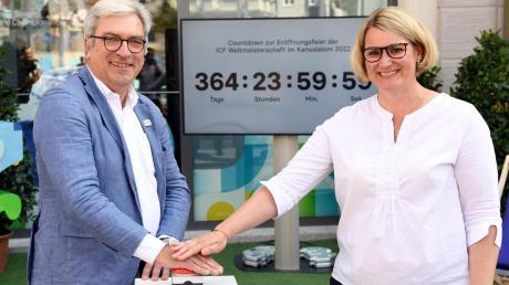 Sie starteten den Countdown bis zur Kanu-WM im kommenden Jahr: Hans-Peter Pleitner vom Verein Kanu Schwaben und OB Eva Weber.