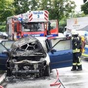 Nach dem Auffahrunfall auf der Haunstetter Straße brannte das Fahrzeug des Unfallverursachers aus.