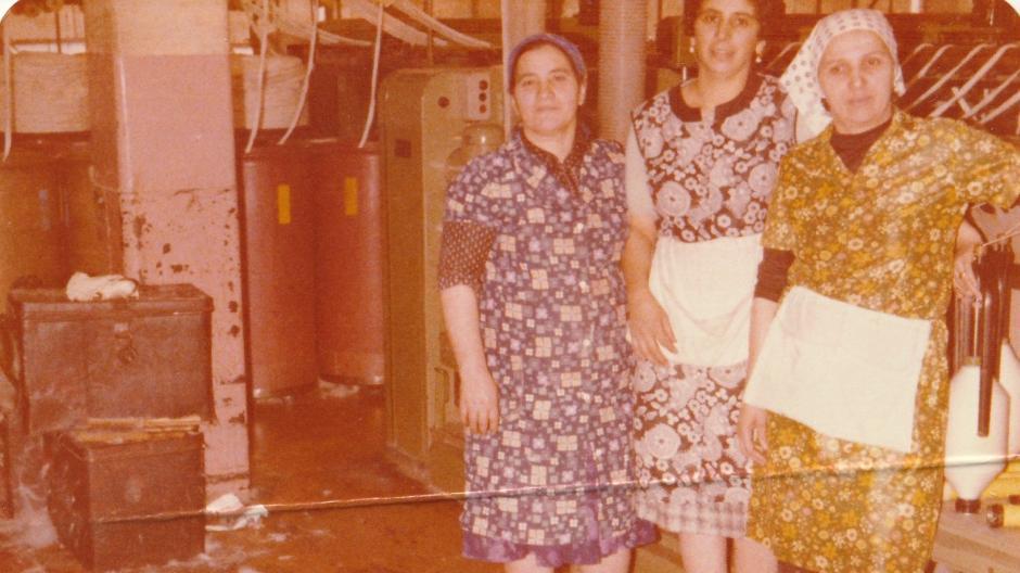 İlmıye Öztürk (rechts) mit türkischen Kolleginnen bei der Mechanischen Baumwollspinnerei und Weberei Augsburg (SWA) 1975.