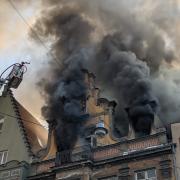 Das Feuer wütete in dem Haus in der Augsburger Karolinenstraße massiv.