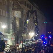 Ein Spezialkran wurde für die nächtlichen Arbeiten am Brandhaus in der Augsburger Karolinenstraße angefordert.