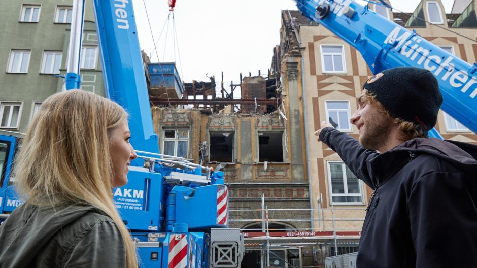 Patricia Uth und Christian Meyer schauen auf die Brandruine in der Karolinenstraße. Oben, unter dem Dach, lebten sie einst zu fünft in einer Wohngemeinschaft. Die Zimmer sind nicht mehr vorhanden.