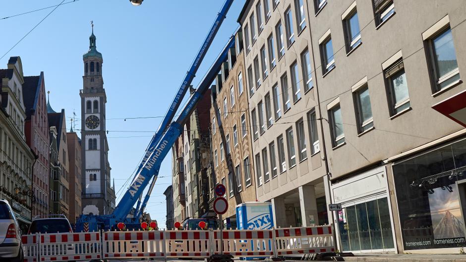 Seit zwei Wochen ist die Karolinenstraße gesperrt. Die Arbeiten an Haus Nummer 15 sind nach dem Großbrand sehr aufwendig.