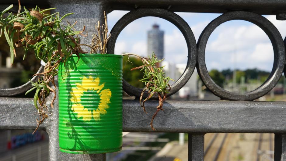 Fast symbolhaft hängt diese grün bemalte Dose an der Bismarckbrücke. Hier haben die Menschen vor allem Grün gewählt.
