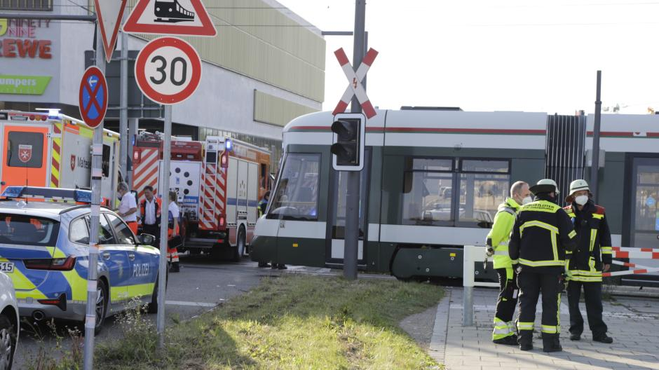 In der Nähe des Innovationsparks ist ein Auto mit einer Straßenbahn kollidiert.