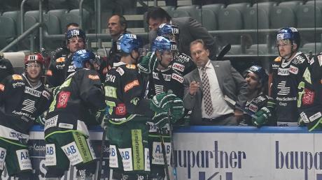 Redebedarf: In der Deutschen Eishockey-Liga hinken die Augsburger Panther mit Trainer Tray Tuomie den Erwartungen hinterher.