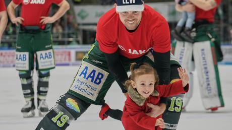 Daran haben beide sichtlich Spaß: Panther-Stürmer Drew LeBlanc lässt sein Tochter Sofina nach dem Sieg gegen Mannheim wenige Zentimeter hoch über dem Eis fliegen.