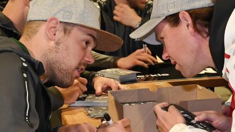 Auf die Autogramme der Pantherprofis wie Drew LeBlanc (links) zum Saisonende müssen die Fans verzichten.