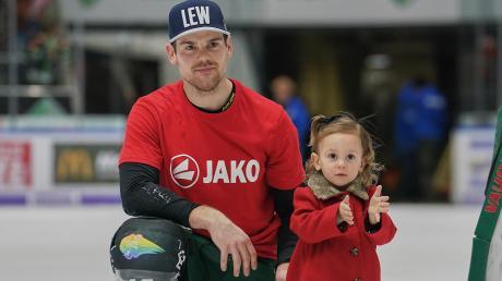 Augsburgs Spielmacher Drew LeBlanc ist mit seiner Familie (hier Tochter Sofina) noch nicht in seiner Heimatstadt Duluth angekommen.