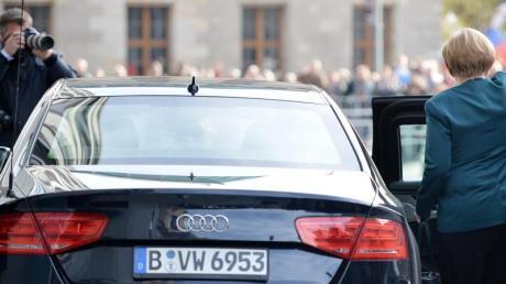 Kanzlerin und Panzerwagen: Auch Angela Merkel ist im Sonderschutzfahrzeug unterwegs, manchmal mit einem Audi A8 L Security (im Bild), manchmal aber auch im Mercedes S600 Guard oder einem BMW 760Li High Security.