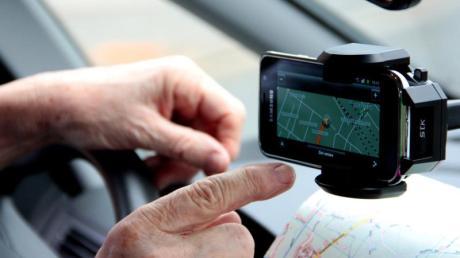 Das Smartphone als Wegweiser:So werden auch in Autos ohne fest eingebautes Navigationsgerät gedruckte Straßenkarten überflüssig.