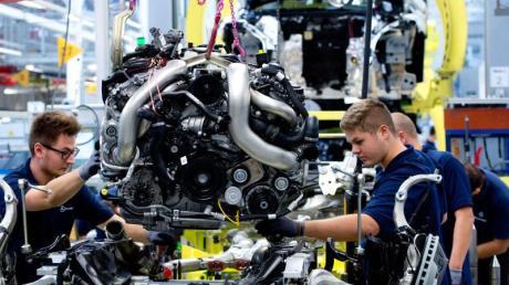 Im Mercedes-Benz-Werk in Sindelfingen heben Arbeiter einen Motor der S-Klasse auf den Antriebsstrang: Zuletzt hat auch Daimler das Baukastenfieber gepackt.