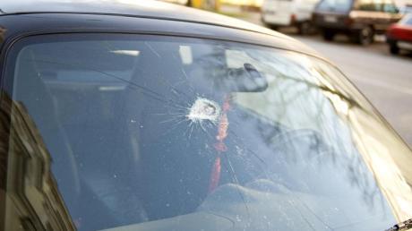 Ein Mann muss nach einem Vorfall bei Lutzingen seine Autoscheibe tauschen lassen.