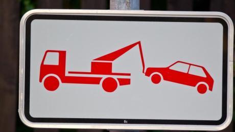 Konsequenzen: Ein Schild weist darauf hin, dass falsch geparkte Pkws abgeschleppt werden. Foto: Daniel Karmann (Archiv)