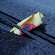 Ein Knöllchen ist immer ärgerlich. Wer im Ausland mit einem Mietwagen falsch parkt, muss teils mit Zusatzgebühren rechnen. Foto: Stefan Sauer/dpa