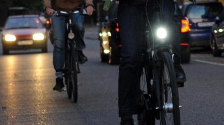 Radler ohne Licht sind eine Gefahr für sich und die Sicherheit der anderen Verkehrsteilnehmer. Foto: Patrick Seeger/dpa