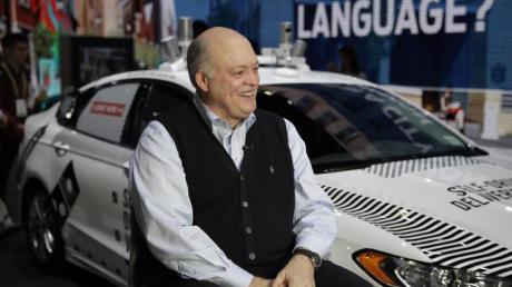 Der CEO von Ford, James Hackett, kündigt auf der CESeine Plattform an, die Robotertaxis, Fahrdienste und den öffentlichen Nahverkehr verknüpft. Foto: Jae C. Hong/AP/dpa