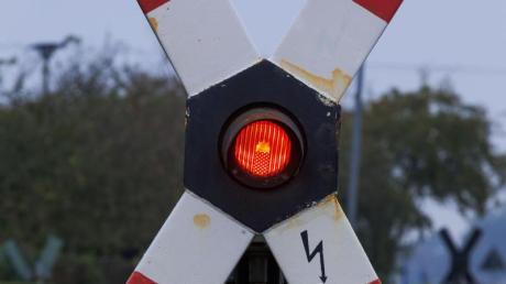 Solange am Bahnübergang Rot leuchtet, müssen die Fahrer warten. Wer diese Regel jedoch bei sich hebenden Schranken missachtet, kommt relativ glimpflich davon. Foto: Jens Büttner/dpa-Zentralbild/dpa