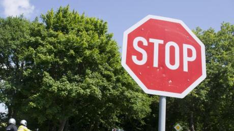 Bei einem Stop-Schild müssen Autofahrer ihr Fahrzeug direkt an der Haltelinie zum Stehen bringen. Fehlt die Haltelinie, stoppen sie dort, wo die andere Straße gut einzusehen ist.