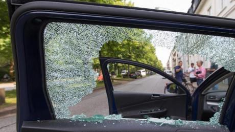 Kommt bei Krawallen eine Autoscheibe zu Bruch, übernimmt eine Teilkaskoversicherung den Schaden. Foto: Friso Gentsch