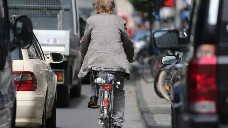 Wird die Autotür eines parkenden Fahrzeugs unachtsam geöffnet, trifft es oft Radfahrer oder motorisierte Zweiradfahrer. Schuld trägt in dem Fall derjenige, der die Tür aufsperrt. Foto: Oliver Berg