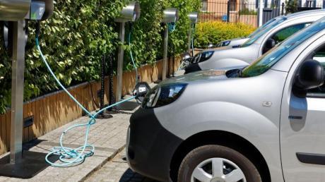 An der Leine: Elektrische Renault Kangoo ZE tanken Energie.