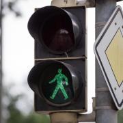 Wer eine vorhandene Fußgängerampel nicht nutzt und stattdessen in der Nähe davon über die Straße geht, handelt fahrlässig. Foto: Friso Gentsch