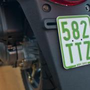 Ab dem 1. März gilt nur noch das grüne Versicherungskennzeichen für Mopeds, Roller und Mofas. Foto: Patrick Pleul