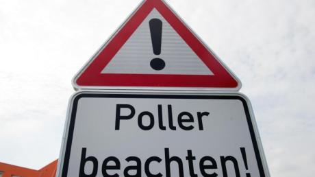 Einen Poller hat ein 23-Jähriger mit seinem Wagen in Diedorf gerammt.