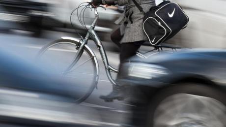 Einen gesetzlich vorgeschriebenen Mindestabstand beim Überholen von Fahrradfahrern gibt es nicht. Foto: Daniel Reinhardt