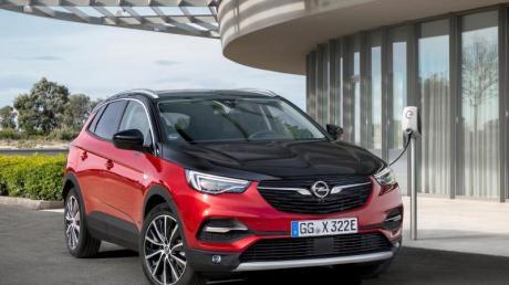 Opel zum Einstöpseln: Der Grandland X Hybrid4 kombiniert als Plug-in-Hybrid einen Benziner mit zwei E-Motoren.