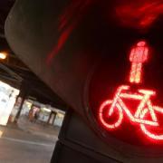 Ein Mädchen ist in Ulm über eine rote Fußgängerampel gerannt.