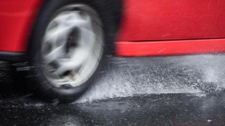 Aquaplaning: Bei starkem Regen gab es mehrere Unfälle auf der A8.