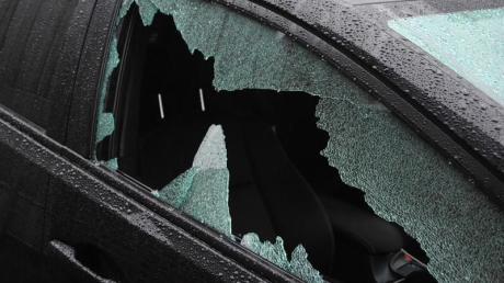 Wurde ein Auto zum Beispiel aufgebrochen, darf die Polizei es abschleppen lassen - sofern der Halter nicht reagiert. Foto: Theo Titz