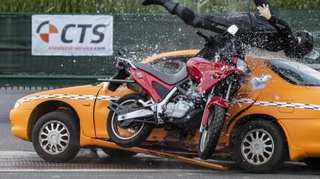 Crashtest der Unfallforscher: Experten werten Unfallabläufe aus. Foto: Guido Kirchner/dpa