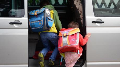 Eltern, die ihre Kinder mit dem Auto zur Schule bringen sorgen immer wieder für Stau vor der Schule. Das soll sich in Gersthofen ändern.