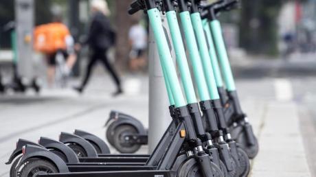 E-Tretroller stehen hier ordentlich am Straßenrand. Das ist nicht überall so. Foto: Federico Gambarini/dpa