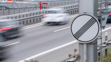 Auf der Autobahn gilt eine Richtgeschwindigkeit von 130 km/h. Wer schneller fährt, kann bei einem dadurch mitverursachten Unfall mithaften.