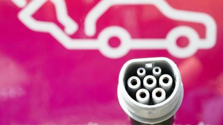 Ein Stecker einer Ladesäule für E-Autos des Energieversorgers Enercity. Elektroautos und autonomes Fahren müssen um die Gunst der Deutschen kämpfen. Nach wie vor sind viele Menschen skeptisch gegenüber den beiden Zukunftstechnologien, wie eine Umfrage der Beratungsgesellschaft EY kurz vor der Automesse IAA in Frankfurt ergab. Dabei zeigt sich, dass vor allem drei klassische Probleme das Verbraucherinteresse weiter schmälern: Reichweite, Kosten, Ladenetz.Foto:Christophe Gateau