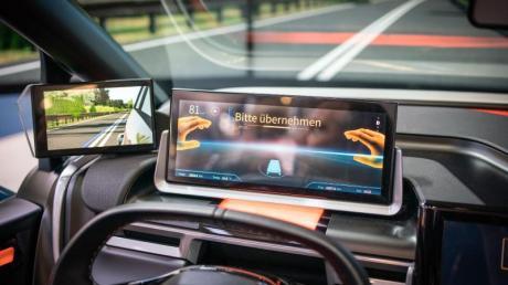 Zulieferer ZF demonstriert das mit Faurecia entwickelte «Safe Human Intercation Cockpit», in dem Sensoren und Informationssysteme den Fahrer unterstützen. Foto: Frank Rumpenhorst