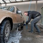 Darf ich während der Corona-Pandemie mein Auto waschen? Hier gibt's die Antwort.