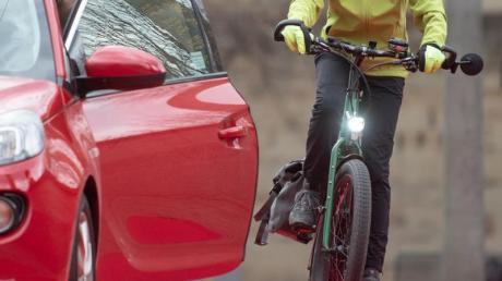 Alptraum Dooring-Unfall:Solche brenzligen Situationen haben schon viele Radfahrer erlebt. Foto: Marijan Murat/dpa/dpa-tmn