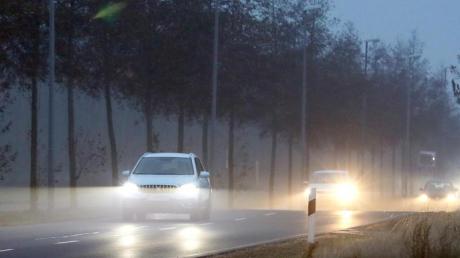 Gerade im Herbst und Winter ist gutes Scheinwerferlicht für Autofahrer unerlässlich - Ersatzlampen müssen dabei nicht teuer sein. Foto: Jan Woitas/dpa-Zentralbild/dpa-tmn