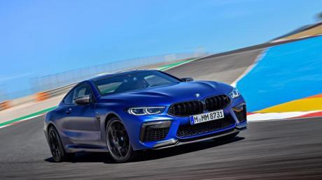 Mit einem BMW  M8 fuhr ein 26-Jähriger bei einer Probefahrt gegen eine Betonwand.