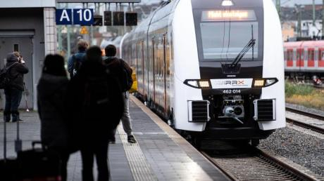 Ein RRX des privaten Bahnbetreibers Abellio fährt in den Hauptbahnhof ein. Für Zugreisende in Deutschland gibt es ein immer bunteres Angebot. Foto: Marius Becker/dpa